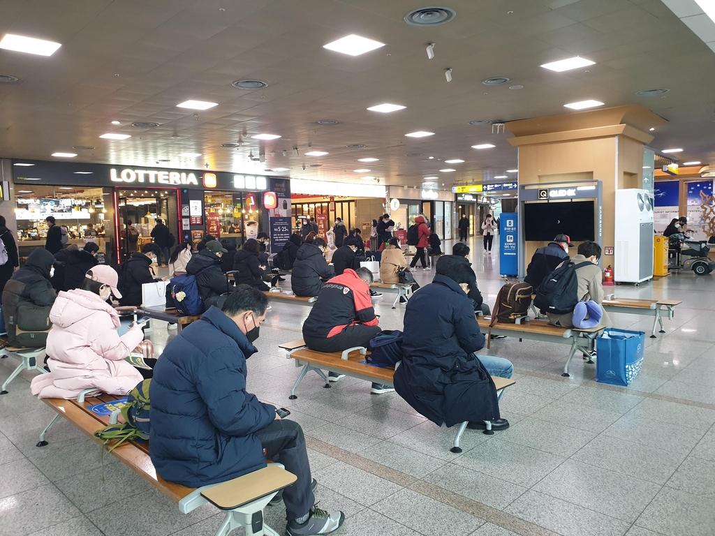 한산한 서울역·터미널·공항…'나홀로 귀성' 많아