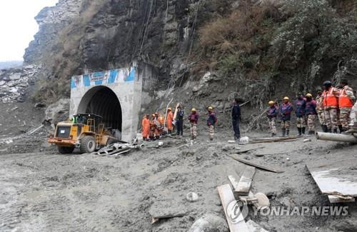 """시간과 사투 벌이는 印 히말라야 터널 생존자 구조…""""기적 기대"""""""