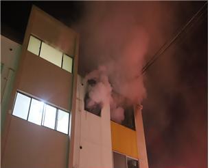 거제 연립주택서 불…1명 연기 마셔 이송·10명 대피