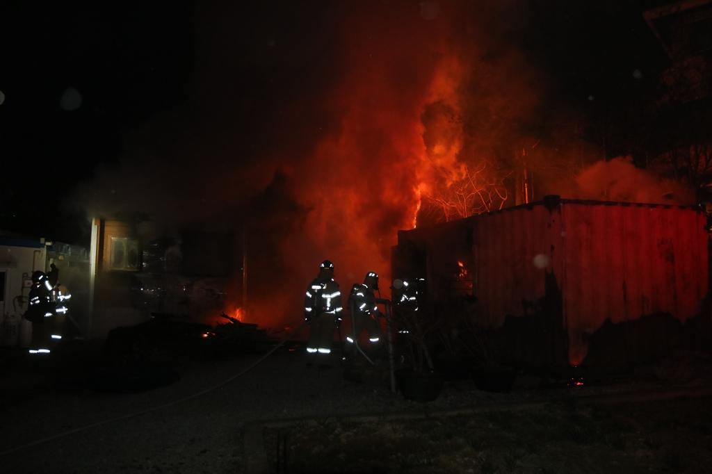 한밤중 익산 어린이집 건물과 교회 창고 불…2천600만원 피해