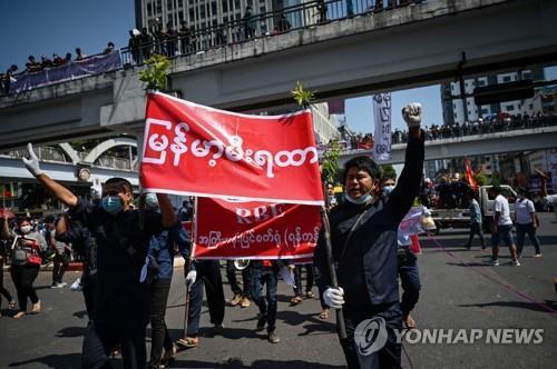 """""""파면돼도 군부독재서 일 안 해""""…미얀마 공무원들 불복종 운동"""