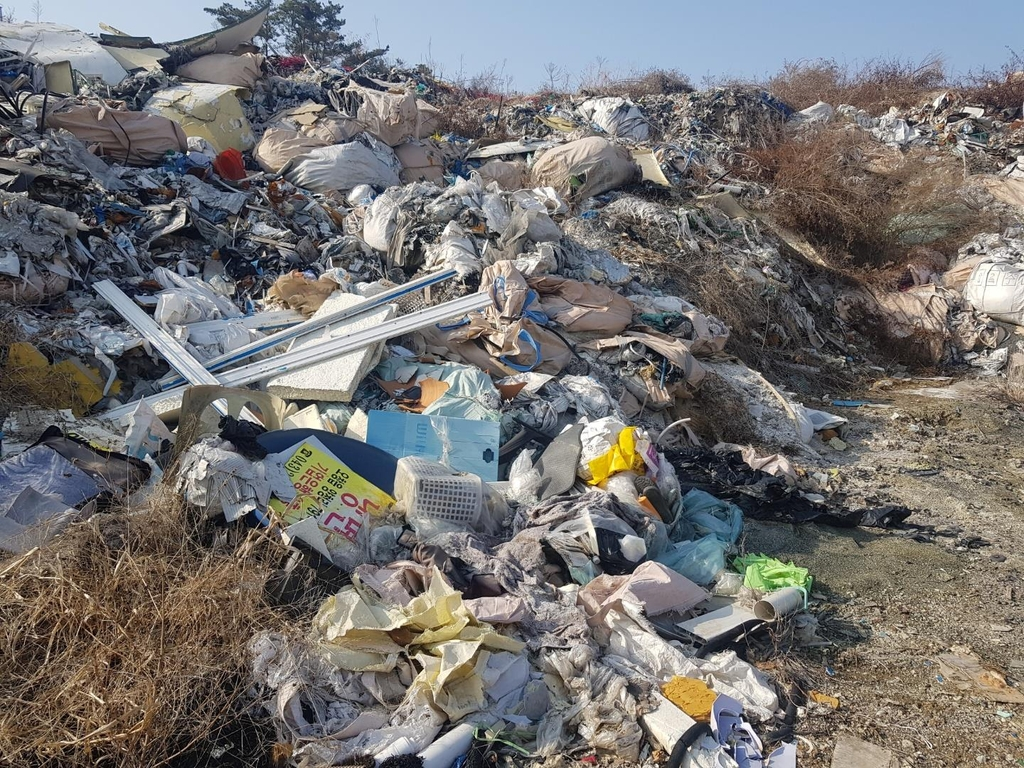 폐기물 처리한다더니 '쓰레기 산'…진천군 뒤처리 골머리
