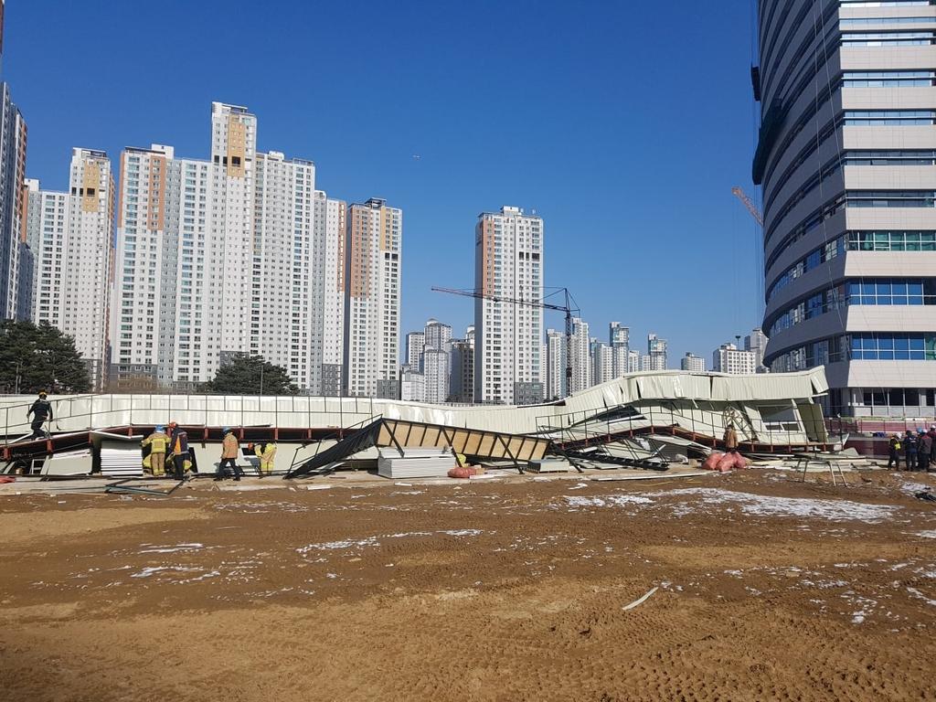 경기도청 신청사 공사현장 내 임시건물 붕괴…1명 부상