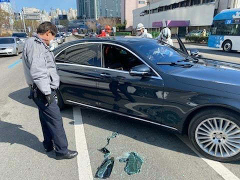 운전 중 의식 잃은 40대 경찰이 발견해 유리창 깨고 구조