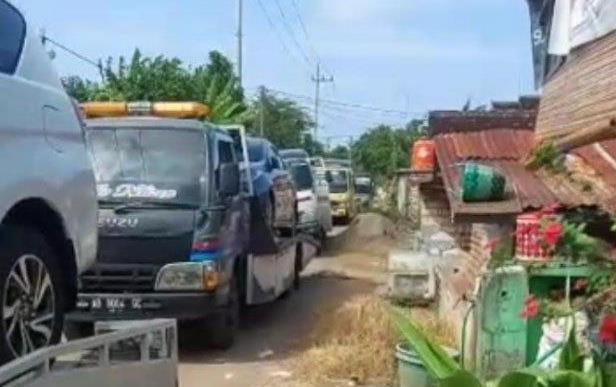 땅 팔아 '벼락 부자' 인니 한 마을 주민들, 새 차 178대 구입
