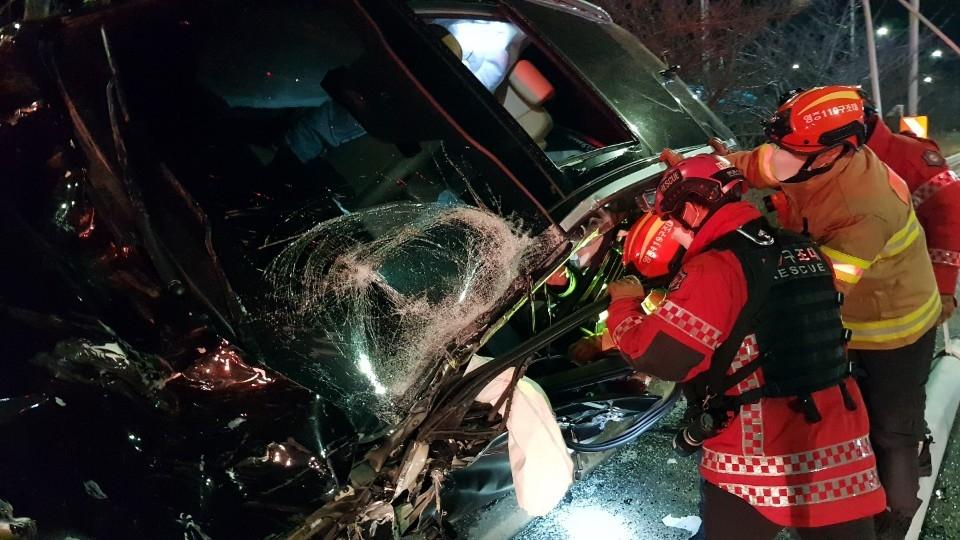 인천서 중앙선 넘은 SUV 차량, 가로등 충돌…운전자 부상