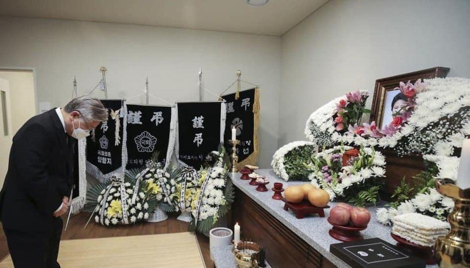 """이재명, '5·18 가두방송' 전옥주씨 조문 """"그 빚 잊지 않을 것"""""""