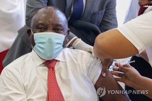 J&J 백신 남아공서 세계 첫 접종…라마포사 대통령까지