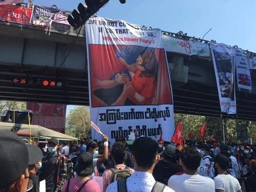 경찰 총격에 '뇌사' 미얀마 시위자 10일만에 숨져…첫 사망(종합)
