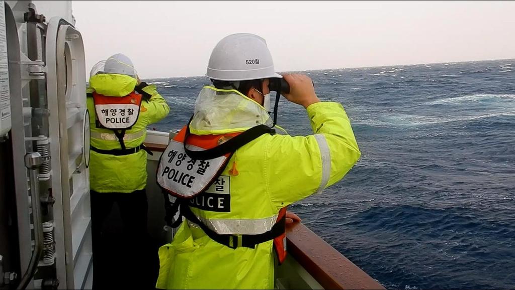 경주 어선 사고 3일째 승선원 수색…배에 공기주머니