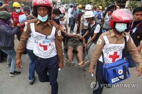 미얀마 시위대 팔뚝에 쓴 혈액형·연락처 그리고 '엄마 사랑해'