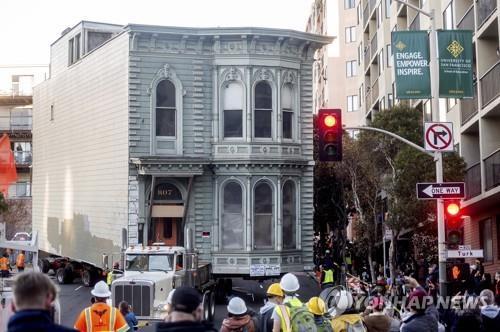 139년 된 빅토리아시대 2층 집, 통째로 차에 싣고 옮겨