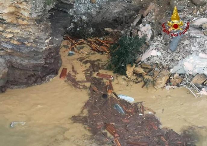 이탈리아 해안가 묘지 산사태로 붕괴…관 200여개 물속으로