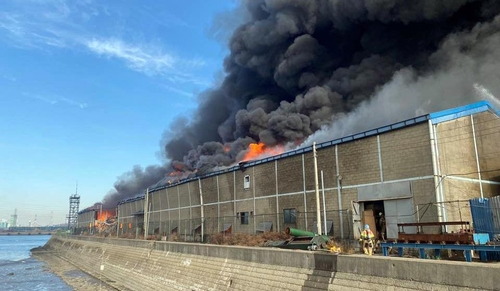 인천 만석동 가구 공장에 큰불…소방 대응 2단계로 상향(종합)