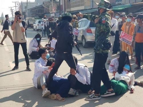 """미얀마 '피의 일요일' 진압에 최소 7명 사망…""""더 많아""""(종합2보)"""