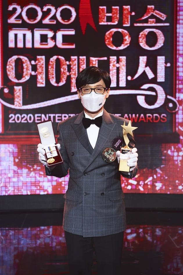 MBC '방송연예대상'에서 대상을 수상한 유재석./