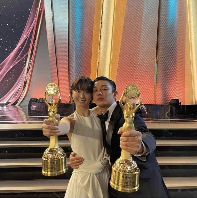 배우 정유미(왼쪽)와 유아인/ 사진=인스타그램