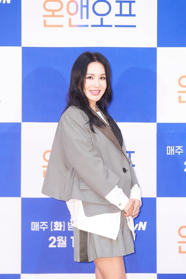 가수 겸 배우 엄정화가 15일 오전 온라인 생중계된 tvN 새 예능 '온앤오프' 제작발표회에 참석했다. /사진제공=tvN