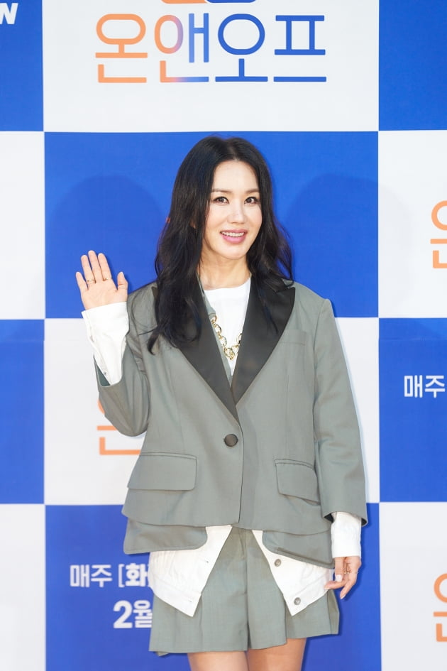 엄정화가 15일 오전 온라인 생중계된 '온앤오프' 제작발표회에 참석해 포즈를 취하고 있다. /사진제공=tvN