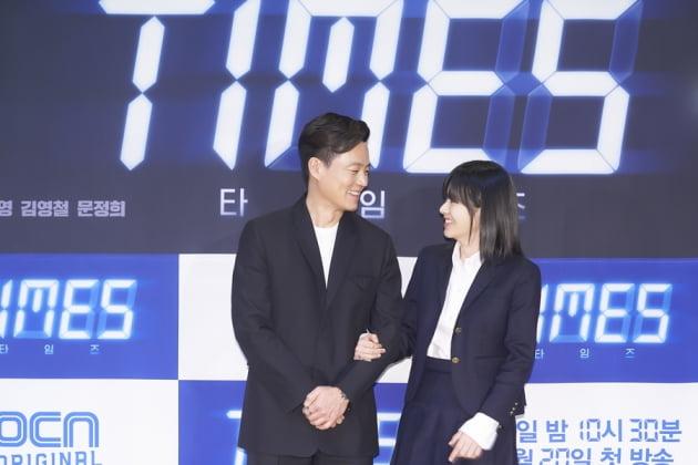 이서진(왼쪽)과 이주영. /사진제공=OCN