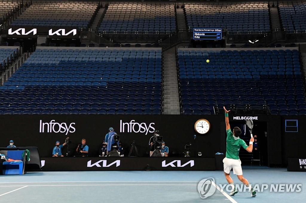 조코비치, 호주오픈 테니스 3회전 진땀승…라오니치와 16강 격돌(종합)