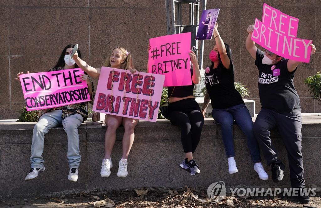 """""""브리트니에게 자유를""""…다큐멘터리가 불붙인 친부 후견인 논쟁"""