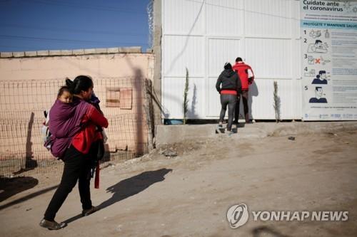 멕시코 국경에 발 묶였던 망명 신청자 25명, 미국 땅 밟아