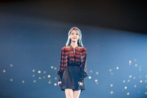 아이유, 10년 전 노래 '내 손을 잡아'로 음원차트 역주행