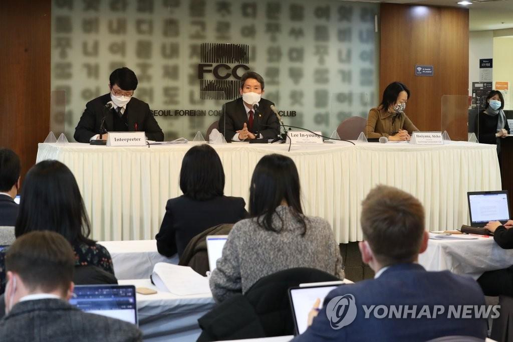 """탈북민 4명 """"이인영 장관 명예훼손으로 고소 예정"""""""