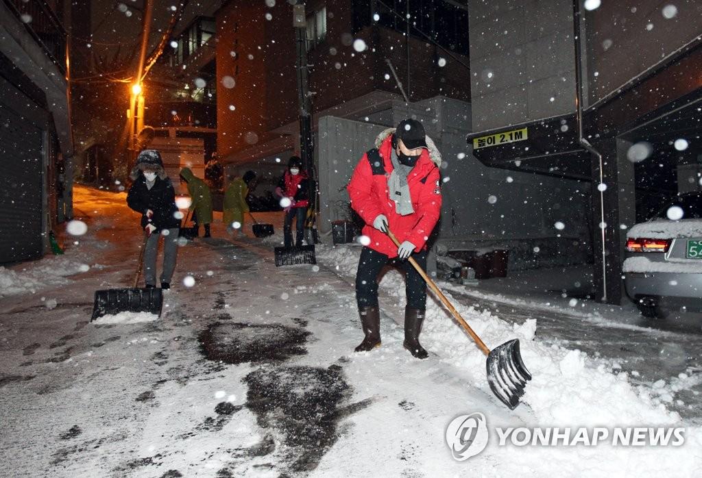 서울시, 인원 9천명 투입해 도로 제설작업 완료