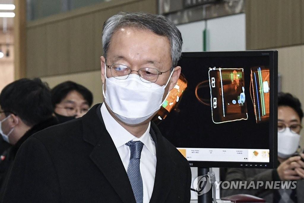 """'월성원전' 백운규 전 장관 영장 기각…""""검찰권 남용"""" 비판 직면"""