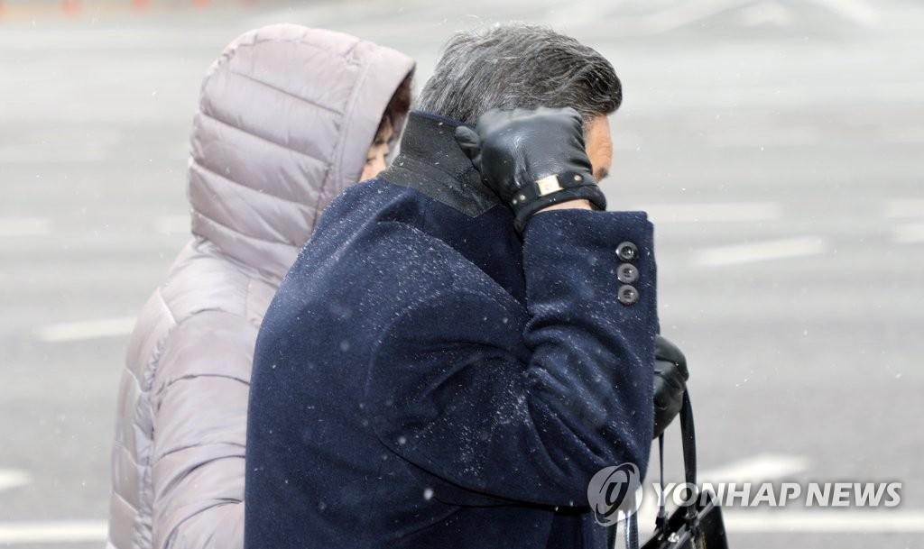 서울 등 수도권 약하게 눈 시작…정오부터 눈발 세진다