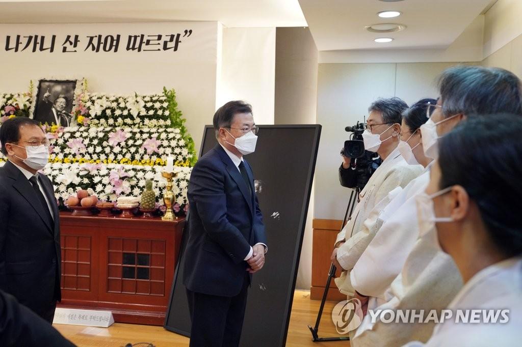 """문대통령, 백기완 선생 빈소 조문…""""훨훨 날아가시길""""(종합)"""