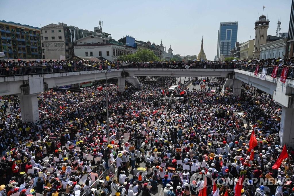 """""""군부에 위축됐다고?""""…미얀마 시위대, 쿠데타 이후 최대 규모(종합)"""