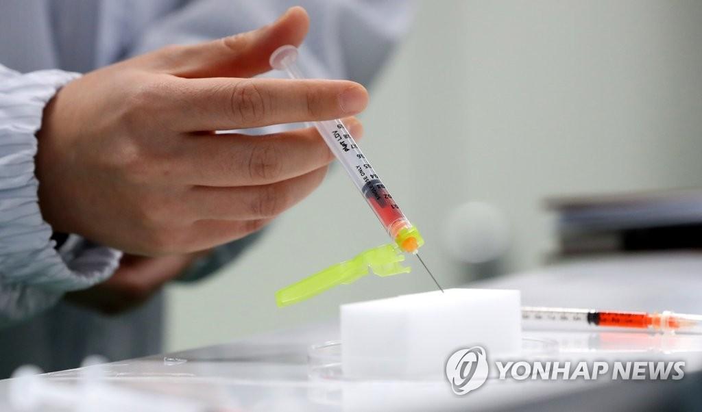 """""""코로나백신 '접종 의향' 71%…'부작용 걱정'도 71%"""""""