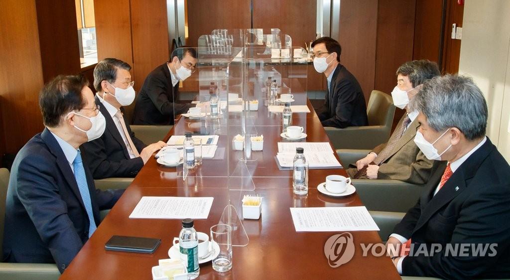 """은성수-정책금융기관장 회동…""""코로나 대출 만기 연장 공감"""""""