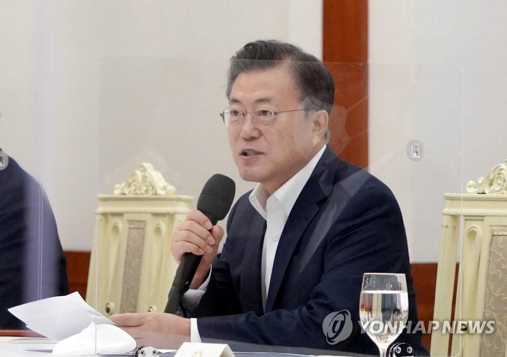 """[1보] 문대통령 """"코로나 벗어날 상황되면 국민 위로지원금 검토"""""""