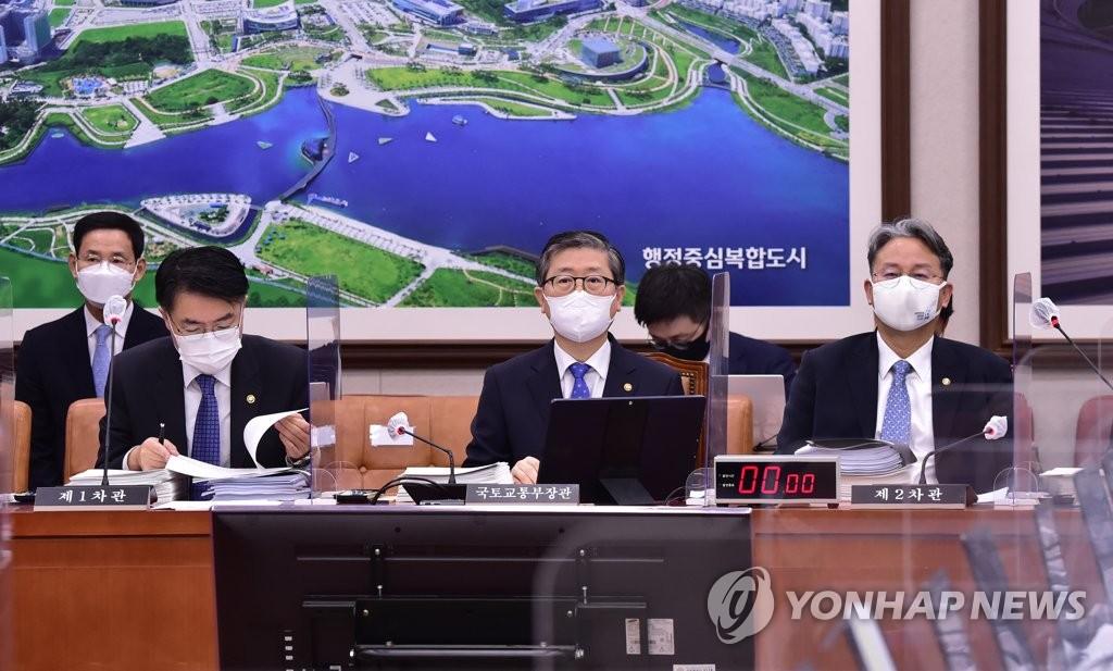 """국토부 """"가덕도 예산, 7조 아닌 28조""""…사실상 반대"""