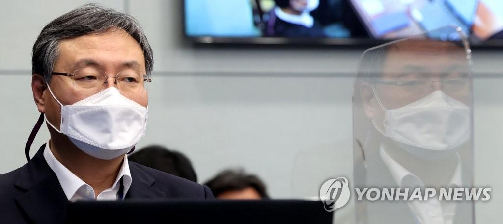 유영민 靑비서실장, 국회 데뷔전…'신현수 파동' 쟁점