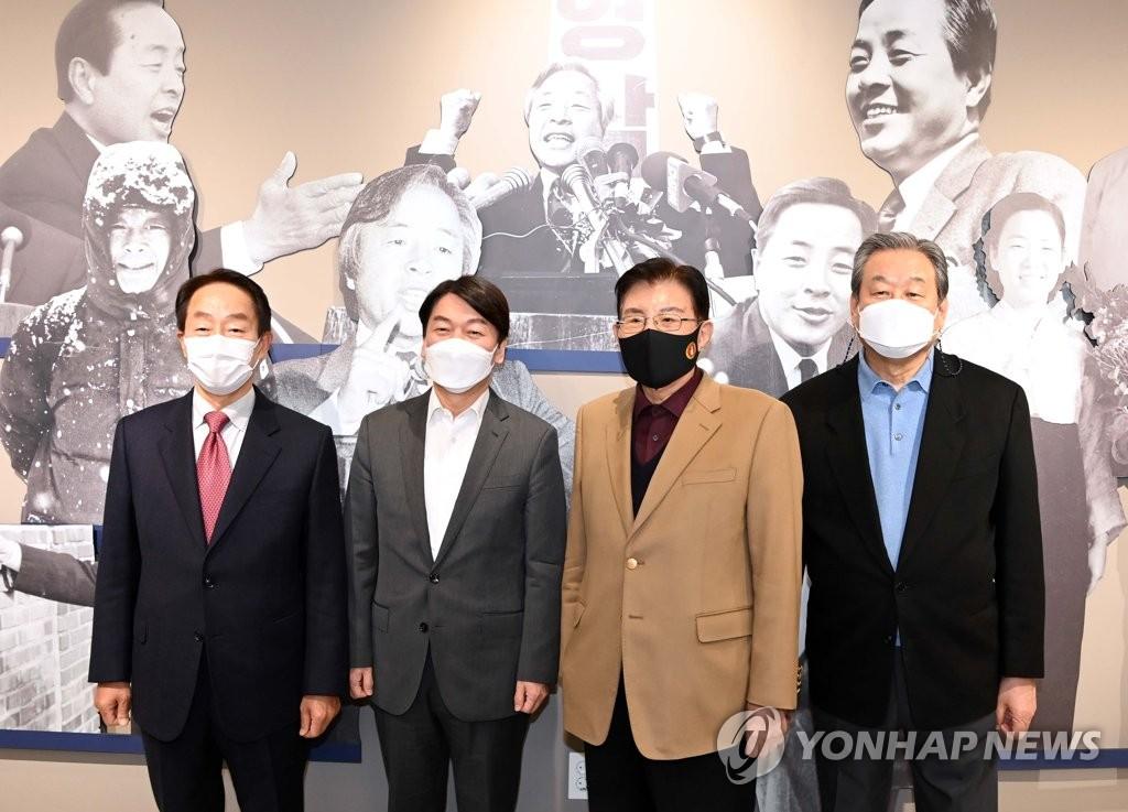 "YS 도서관 찾은 안철수…""대도무문 정신 이어받겠다"""