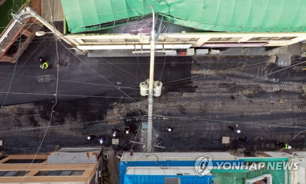 도로포장 공사차량 '쿵'…전신주 쓰러져 변압기 불꽃(종합2보)