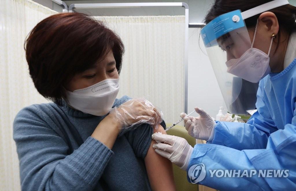 """""""백신접종 후 붓기·구토·두통 흔해""""…이상반응 대응은 어떻게"""