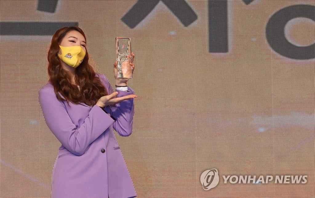 """여자농구 최초 '7관왕' 박지수 """"MVP, 10번은 더 받고 싶어요!"""""""