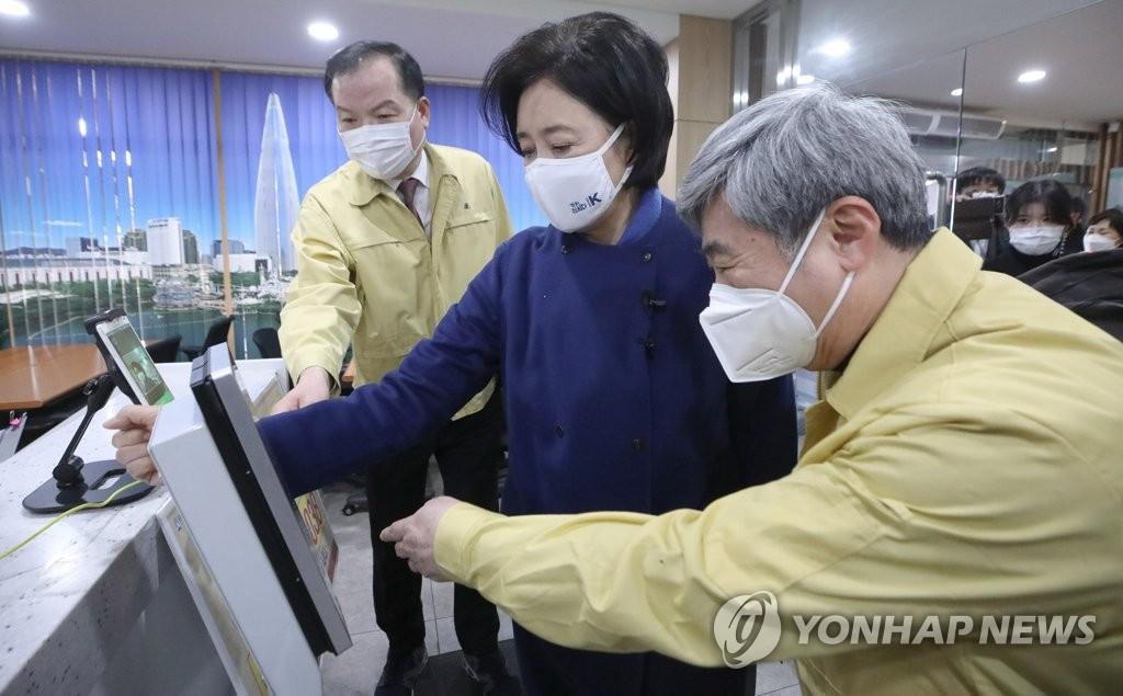 """백신접종 신경전…朴 """"백문이 불여일견"""" 禹 """"폐 끼칠까""""(종합)"""