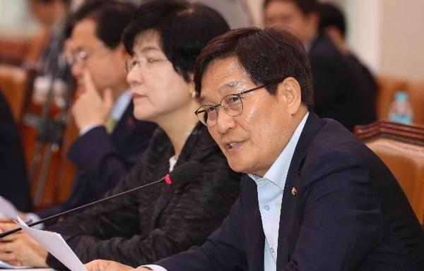 """신동근 더불어민주당 의원은 홍 의원의 사찰론에 대해 """"궤변을 넘어 망언""""이라고 일축했다. /사진=연합뉴스"""