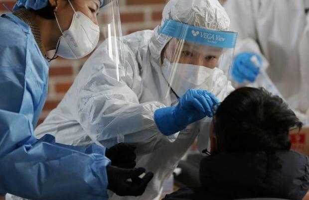 강원 춘천시 한 초등학교에 마련된 임시 선별진료소에서 어린이들이 신종 코로나바이러스 감염증(코로나19) 검사를 받고 있다. /사진=연합뉴스