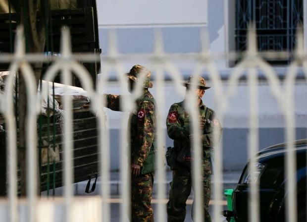 쿠데타 발생 보도 속 양곤 시청 목격되는 미얀마 군인들/EPA=연합뉴스