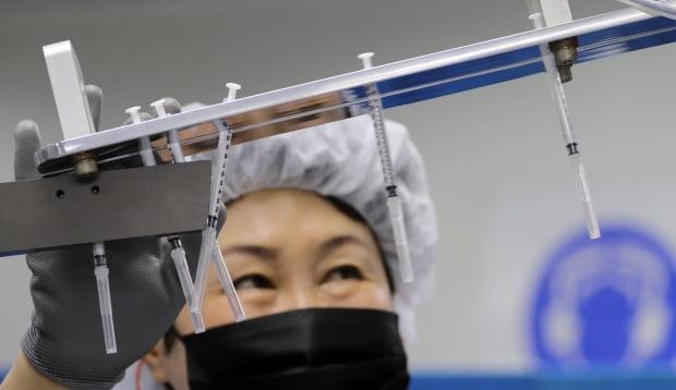 신아양행에서 업체 관계자가 신종 코로나바이러스 감염증(코로나19) 백신 접종용 주사기를 생산하고 있다. 사진=연합뉴스