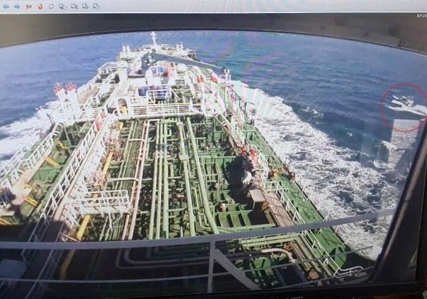 이란이 환경 오염을 이유로 나포한 한국 화학 운반선 '한국케미'호 선원들의 출국을 허용하기로 했다.  사진은 나포 후 이란항으로 향하는 '한국케미호'가 CCTV에 찍힌 모습. /사진=연합뉴스