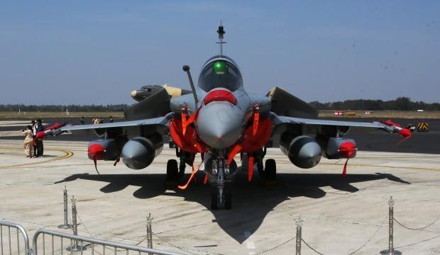 프랑스 전투기 라팔이 저공비행 중 전깃줄을 끊는 사고를 냈다. 사진=EPA